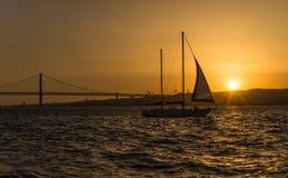 El río Tagus en la puesta del sol - Lisboa, Portugal Foto de archivo libre de regalías