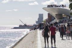 El río Tagus en Lisboa DOS Descobrimentos de Padrão Foto de archivo