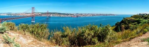 El río Tagus y 25ta April Bridge en Lisboa, Portugal Imagen de archivo libre de regalías