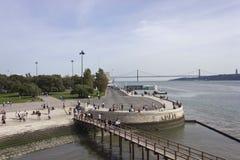 El río Tagus y 25to del puente de abril de la torre de Belem Fotos de archivo libres de regalías