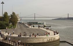 El río Tagus y 25to del puente de abril de la torre de Belem Imagen de archivo