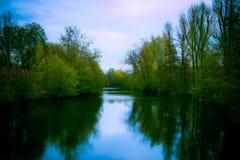 El río Tauber vio de un puente en Bad Mergentheim, Alemania imágenes de archivo libres de regalías