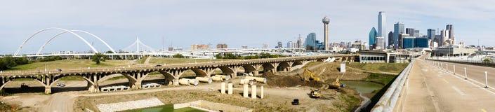 El río Trinity tiende un puente sobre a Contruction Dallas Texas Transportation Ro Imágenes de archivo libres de regalías