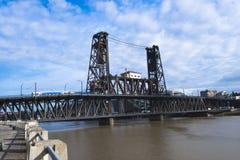 El río viejo Portland de Willamette de las torres del puente de elevación dos abajo remolca Fotografía de archivo