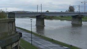 El río Vistula en Kraków almacen de video