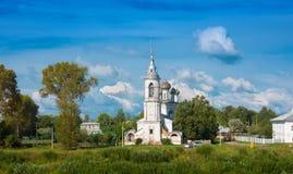 El río Vologda y la iglesia de la presentación del señor fueron construidos en 1731-1735 los años en Vologda, Rusia Imagenes de archivo