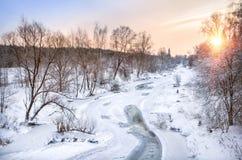 el río Vorya, cubierto con hielo con oscuridad desheló remiendos Fotos de archivo libres de regalías