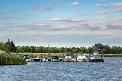 El río Warnow con algunos barcos Imagen de archivo