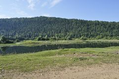 El río y la montaña en el fondo Fotos de archivo libres de regalías