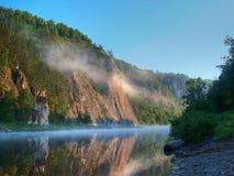 El río y la montaña en una niebla Imagenes de archivo