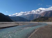 El río y la nieve de Marsyangdi capsularon las montañas, Nepal Imagenes de archivo