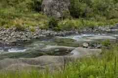 El río y las rocas en Giants se escudan la reserva de naturaleza de Kwazulu Natal Fotografía de archivo libre de regalías