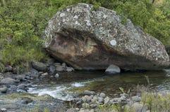 El río y las rocas en Giants se escudan la reserva de naturaleza de Kwazulu Natal, Fotografía de archivo libre de regalías