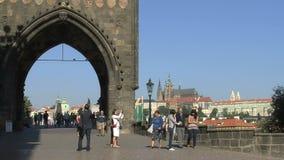 El río y los chaRTes de Moldava tienden un puente sobre el lapso de tiempo, Praga almacen de metraje de vídeo