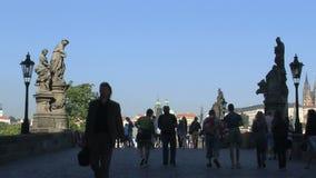 El río y los chaRTes de Moldava tienden un puente sobre el lapso de tiempo, Praga almacen de video