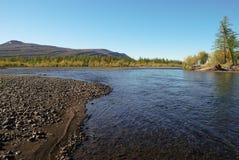 Río azul debajo del cielo azul. Imagen de archivo