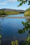 Río azul debajo del cielo azul. Fotos de archivo libres de regalías