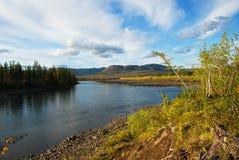 Río azul debajo del cielo azul. Imagenes de archivo
