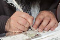 El rabino escribe la letra cojo en la voluta de Torah Foto de archivo libre de regalías