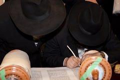 El rabino escribe la letra en la voluta de Torah Imagen de archivo