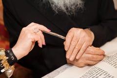 El rabino escribe la letra en la voluta de Torah Foto de archivo libre de regalías