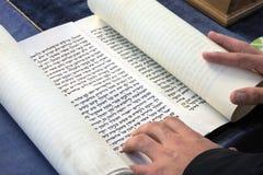 El rabino judío lee el libro de la voluta de Megillah de Esther Foto de archivo