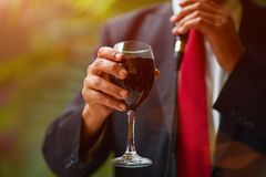 El rabino sostiene la taza kiddish con el vino delante del novio y de la novia foto de archivo libre de regalías