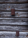 El rallador aherrumbrado viejo envejecido natural en la pared de madera fotografía de archivo