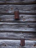 El rallador aherrumbrado viejo envejecido natural en la pared de madera imagen de archivo libre de regalías