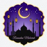 El Ramadán Mubarak - esté en la luna la linterna y el masjid de la estrella en el fondo violeta del vector Imagenes de archivo