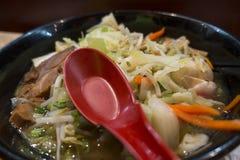 El Ramen es un plato japonés con la cuchara de sopa de color rojo oscuro foto de archivo libre de regalías