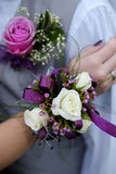 El ramillete formal de la boda del baile de fin de curso florece el muchacho y a la muchacha fotos de archivo