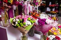 El ramo adorna delante de floristería Imagen de archivo libre de regalías