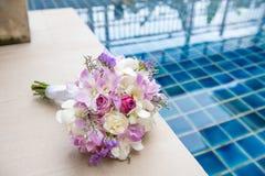 El ramo blando hermoso de la boda de rosas y de eustoma poner crema florece Imagenes de archivo