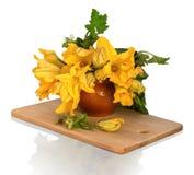 El ramo de calabaza florece en un pote de arcilla Foto de archivo libre de regalías