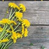 El ramo de campo amarillo florece en un viejo fondo de madera, stillife rústico Fotos de archivo