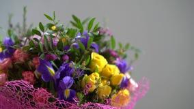 El ramo de flores se mueve alrededor, diversas flores, rosas, tulipanes, violetas almacen de video