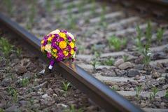 El ramo de flores se sentó en el ferrocarril Imagen de archivo