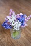 El ramo de jacintos florece en un florero de cristal Apenas llovido encendido Foto de archivo libre de regalías