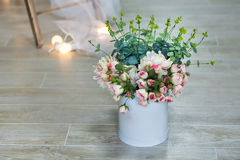 El ramo de jazmín blanco florece en un florero Aún vida floral romántica con las flores y los pétalos blancos del jazmín Jazmín d Foto de archivo