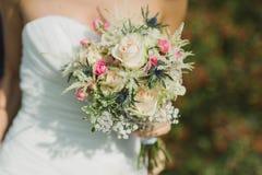 El ramo de la boda con el anillo en subió Imágenes de archivo libres de regalías