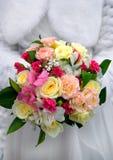 El ramo de la boda de flores rosadas, blancas y poner crema se sostuvo por el bri Fotografía de archivo libre de regalías