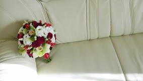 El ramo de la boda de flores frescas miente en el sofá Ramo nupcial Wedding almacen de metraje de vídeo