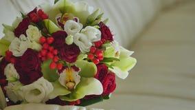El ramo de la boda de flores frescas miente en el sofá Ramo nupcial Wedding almacen de video