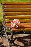 El ramo de la boda miente en el banco Fotos de archivo libres de regalías