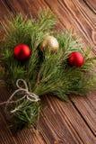El ramo de la Navidad de rama de árbol de abeto con las bolas de la Navidad encendido corteja Fotos de archivo