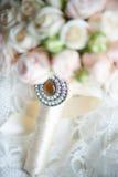 El ramo de la novia con la broche Imagen de archivo
