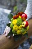 El ramo de la novia con las flores y las manzanas Imagen de archivo libre de regalías