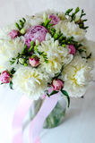 El ramo de la novia de boda florece la peonía rosada en florero en el fondo blanco imagenes de archivo