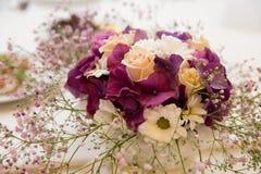 El ramo de las flores arregla para la decoración en el hd casero Imágenes de archivo libres de regalías